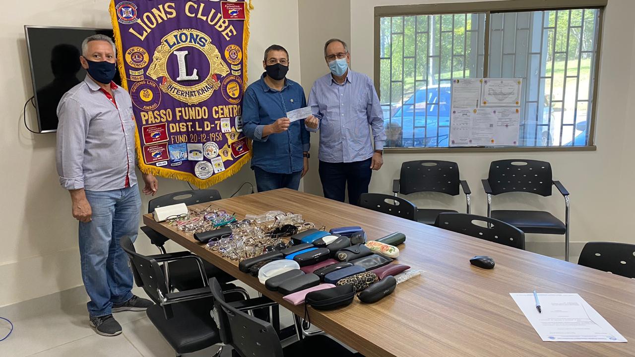 Lions Clube Passo Fundo Centro efetua doação de R$ 4 mil e 90 armações de óculos
